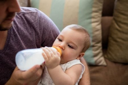 How to Bottle Feed Your Breastfed Baby (25 Simple Tips)